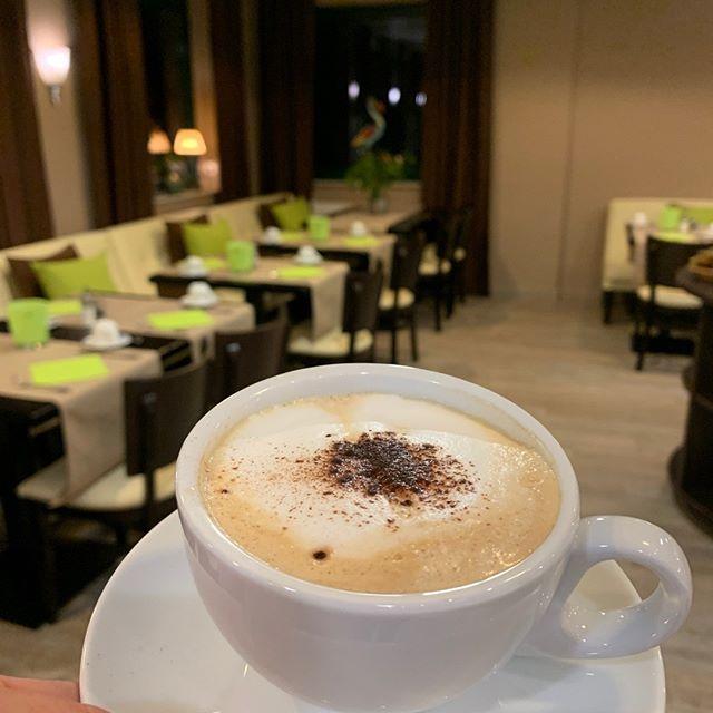 Heute ist Tag des Cappuccino. Mit dem US-amerikanischen Tag des Cappuccino (engl. National Cappuccino Day – manchmal auch nur kurz: Cappuccino Day) steht der 8. November ganz im Zeichen des italienischen Kaffeegetränks mit Milchschaum. Keine schlechte Idee, immerhin erfreut sich diese Kaffee-Variante in den letzten Jahren auch international zunehmender Beliebtheit. Eine gute Gelegenheit, diesem Ehrentag des italienischen Heißgetränks auf den Grund zu gehen. Unsere Kaffeemaschine steht für euch bereit :-) #hotelaulmann #hotel #trier #visitgermany #trip #kurzurlaub