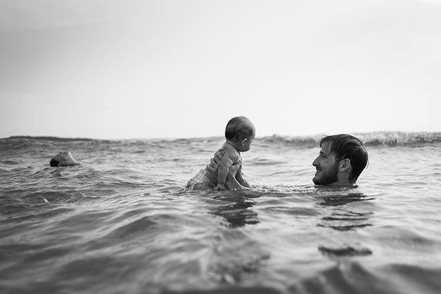 Il primo bagno al mare non si scorda mai... Fotografia documentaria di famiglia  Prenota il tuo reportage ❤️