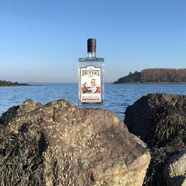 Best served on the rocks! 😉 If like us you like the sophisticated flavour of a classic G&T, but minus the alcohol, serve The Driver's Tipple simply over ice, a slice of lemon or lime, and a dash of your favourite tonic. Cheers! . . . #tipplepics #tippletravels #nonalcoholic #drymarch #ginandtonic #botanicals #distilled #distilledspirits #visitireland #ontherocks #designateddriver #teetotal