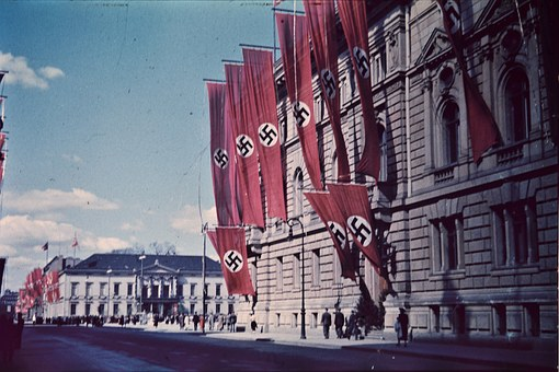 swastikas-906653__340.jpg