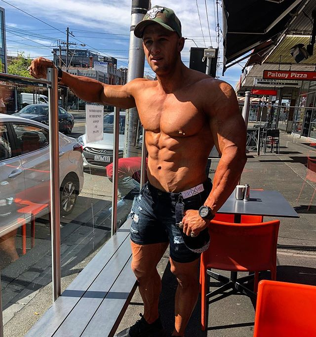 Breakfast on Clarendon ST 😍 In my fav shorts from @tigerhorse.com.au And why not get the rig out in this beautiful sun 😎🙈 #breakfast #sun #abs #rig #rigout #denimshorts #tigerhorse #clarendon #melbourne #southbank #cbd #food #lifestyle #tanned