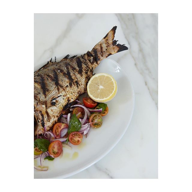 Our tasteful recipe is simple, get seafood delivered fresh every morning and let the seafood do the talking. • • • svježe plodove mora ~ pesce fresco  #fathersday #snapper #southaustralia #freshcatch #woodfiredgrill #wholesnapper #offthebone #sydneyeats #seafoodlove