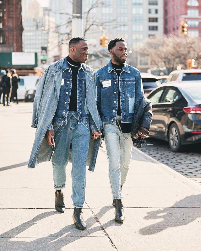 Denim on denim is back on fashion! Jeans är inte bara snyggt utan också mycket slitstarkt, vilket gör plagget perfekt för second hand. Just nu har vi över 10.000 unika jeansplagg på Sellpy, så in och fynda din hållbara jeans-outfit 😍👖 🌱⠀ (source: thestyletalkercom)⠀ #secondhand#clothing#second#environment#eco#friendly#begagnat#used#preloved#inspo