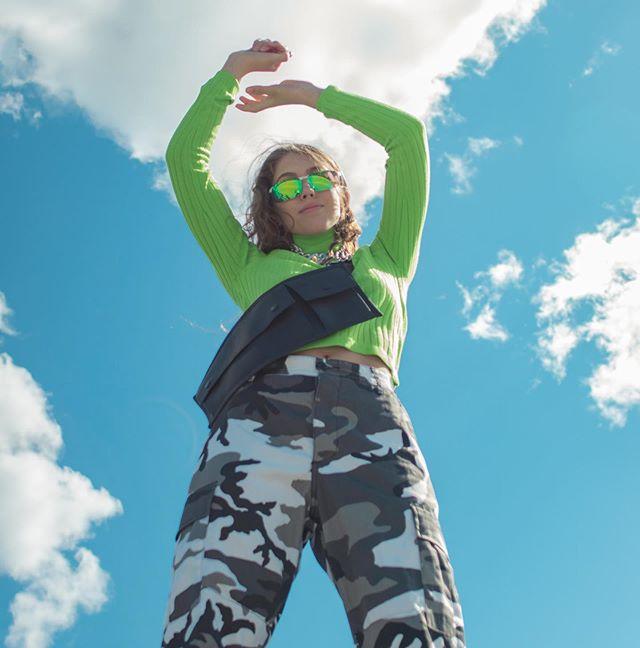 Neon-trenden är här för att stanna. Denna babe rockar i sin outfit från Sellpy! Vill du också fynda en liknade look? klicka på länken i bio, och in och handla bland alla unika plagg💚