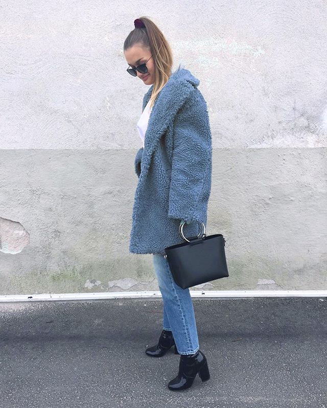 En av våra kära kunder i kappa från Sellpy💙 Vi älskar outfiten, @juni.flatby 🙌⠀ #sellpy #secondhand #clothing #fashion#recycle