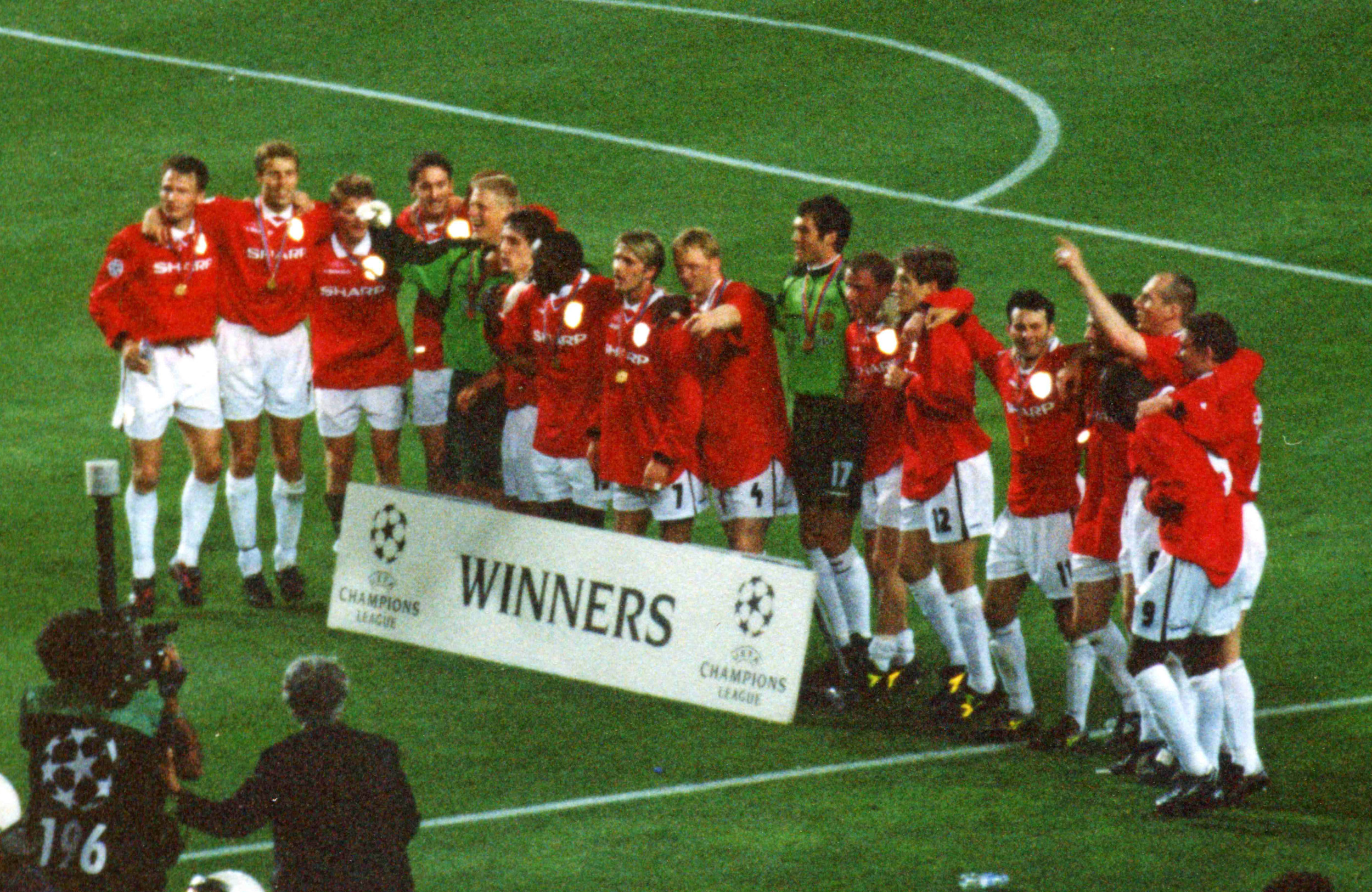 1999_UEFA_Champions_League_celebration_(edited).jpg