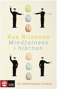 """Mindfulness i hjärnan, Åsa Nilsonne - Kunskapen om hjärnan är minst sagt ofullständig, men den växer hela tiden, då duktiga forskare hela tiden utforskar och utvecklar metoder och tester. Vi blir hela tiden bättre på att matcha olika delar av hjärnan med de arbetsuppgifter den utför - på så sätt börjar vi förstå hur hjärnan sköter och missköter sig. Vi börjar förstå hur känsligt vår hjärna läser av vår miljö och hur den formas av sina upplevelser.Åsa Nilsonne, författare till boken """"Mindfulness i hjärnan"""", är en av flera som introducerade mindfulness i Sverige. I boken berättar hon om arbetsplatsen hjärnan och om modern neuropsykologi."""