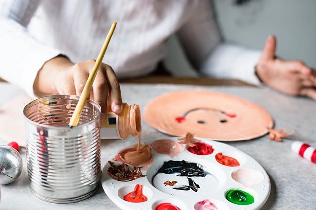 Are you and the kids getting crafty this holiday season? That's amazing! • What ever your style of creating is- ART helps promote HEALTHY CHILD DEVELOPMENT! 😊🖌👩🏻🎨 • Linked in my BIO is a wonderful article written by Tracy at @raisedgood that explains all about the benefits of letting your child explore their creative side! Happy creating! 💛💚