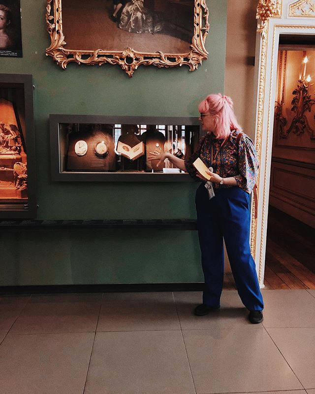 Me having a technicolour time on my first tour at @vamuseum - stoked to have a great crowd of ~20 peeps including @attackthetrack (thanks for the snaps!) and @razzag 💖