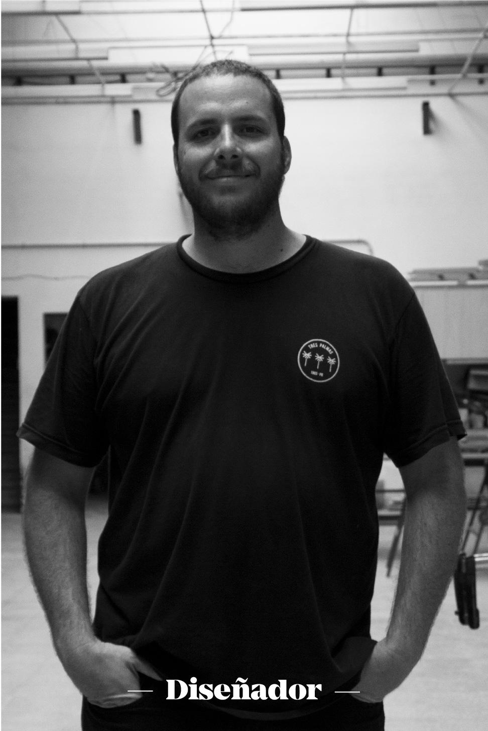 Antonio Vecchini   Antonio, también conocido como SIPI, se mueve entre los cepillos de mano y la CNC. Tiene su propia marca de skates y también enseña a nuestros miembros a usar la CNC y la cortadora laser.