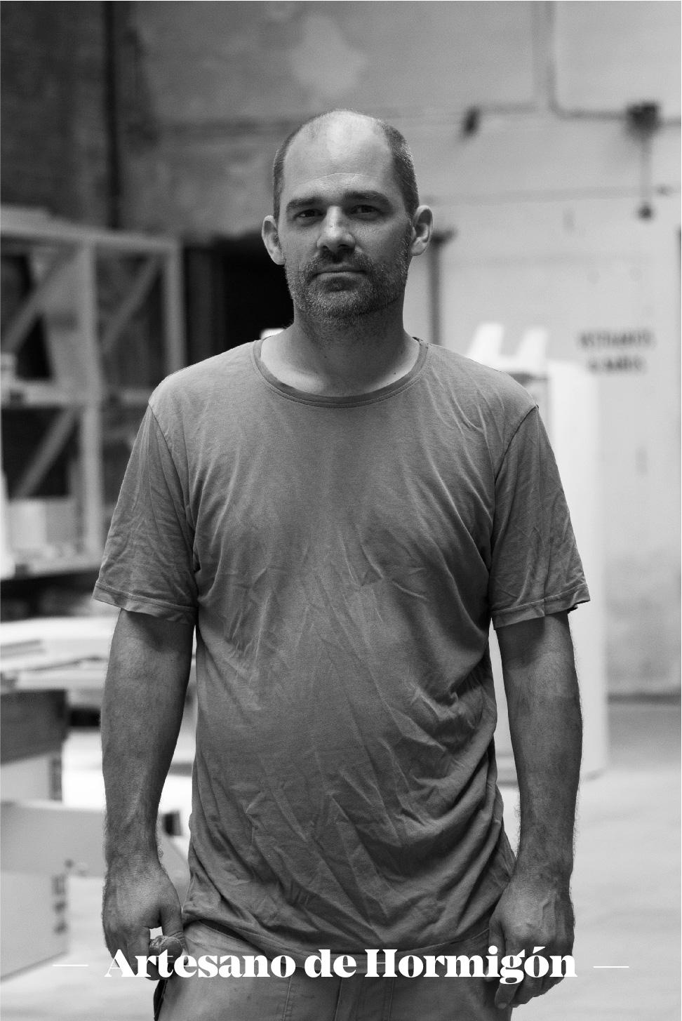 Michael Roschach (artesano de hormigón&arquitecto)  - Socio trabajador y coordinador del taller en TMDC. Su conocimiento es el resultado de años de ensayos, pruebas y proyectos. Siempre está para solucionar cualquier duda de nuestros miembros y mantener el taller en orden.