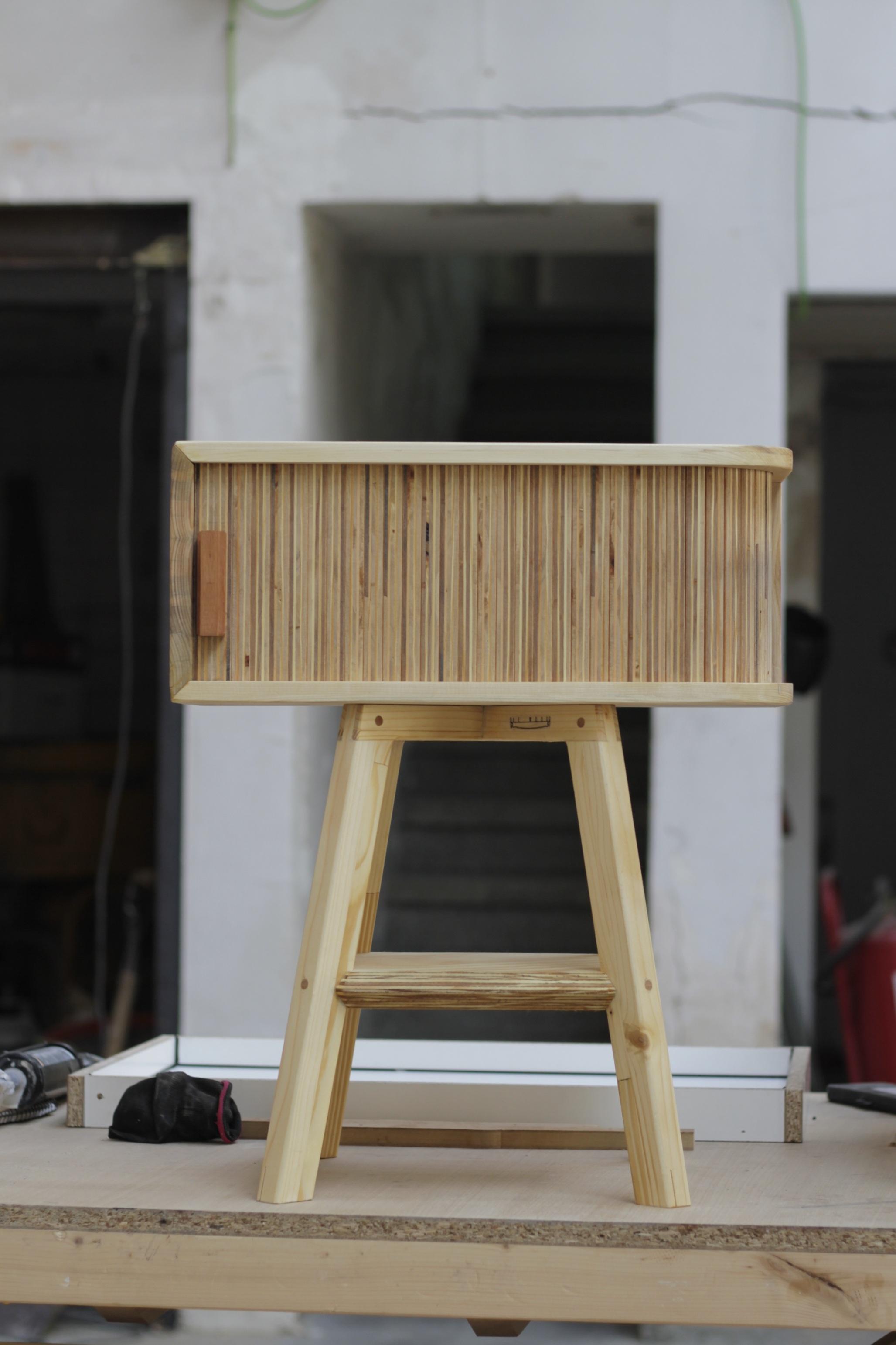 proyecto de mesa con puerta persiana