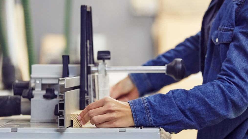 Introducción a la Carpintería   Aprende los básicos de la carpintería y sus herramientas. Este es un taller diseñado para que conozcas de forma práctica las herramientas de la carpintería. Y para que puedas empezar a construir tus ideas en madera. Durante el taller fabricarás una caja que ha sido pensada de forma que pruebes diferentes técnicas, materiales y todas las máquinas que tenemos en el taller. El taller dura dos días - de 9 a 14:30h cada día - y lo hacemos una vez al mes para un mínimo de 2 y un máximo de 3 personas.   Próximo Curso:  14&15.09.2019 | 28&29.09.2019 | 05&06.10.2019 | 19&20.10.2019   Precio:  € 261