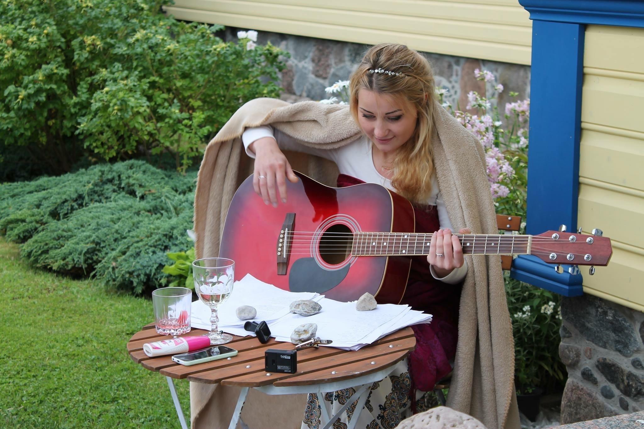 hand-nature-music-girl-woman-guitar-631240-pxhere.com.jpg