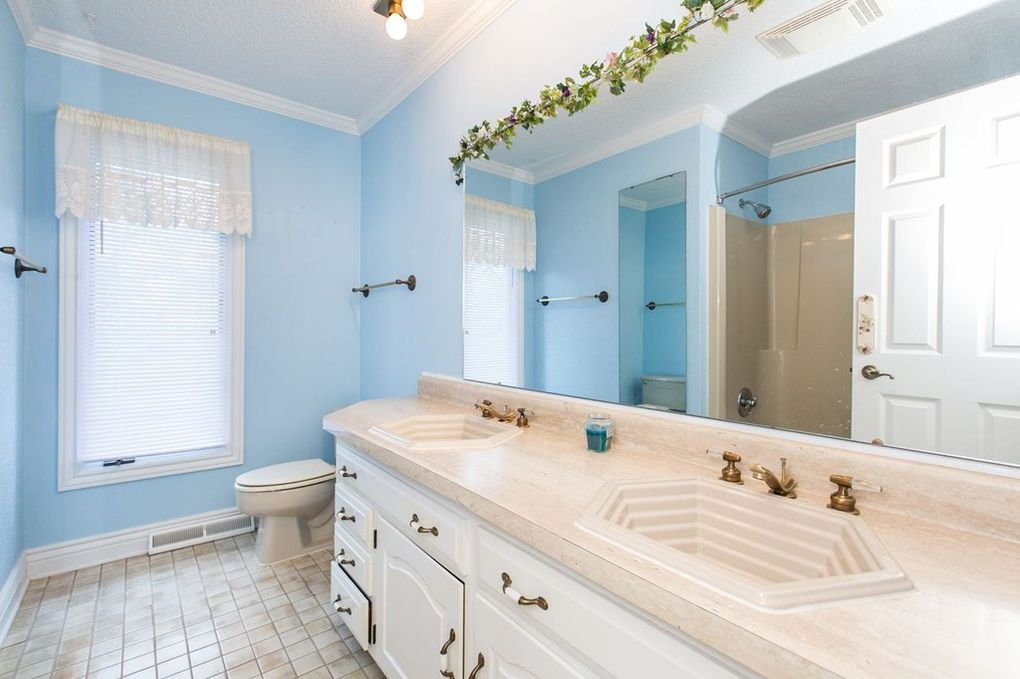Starview Main Lvl Bathroom--upstairs.jpg