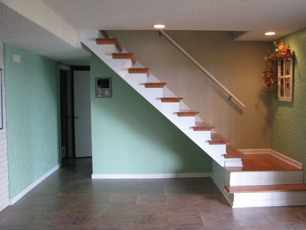 Starview---Stairs Down to Basement.jpg