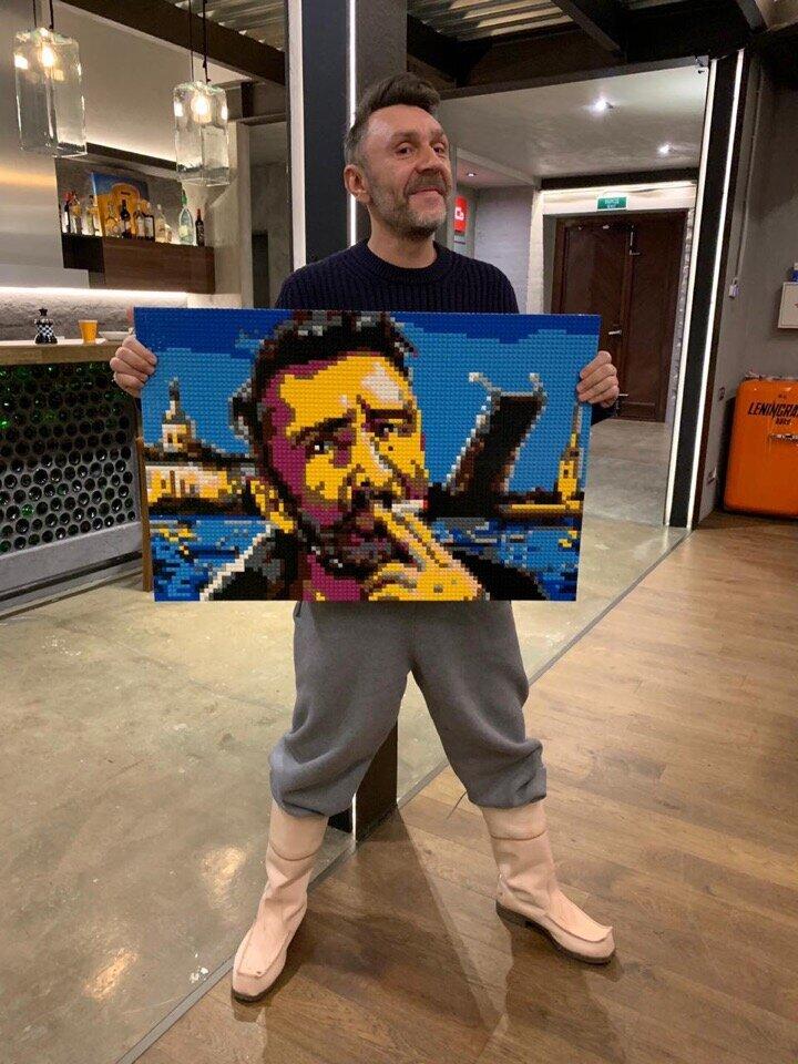 Фото Сергея Шнурова с мозаикой можно использовать вместо визиток - ведь кто в России не знает Шнура?