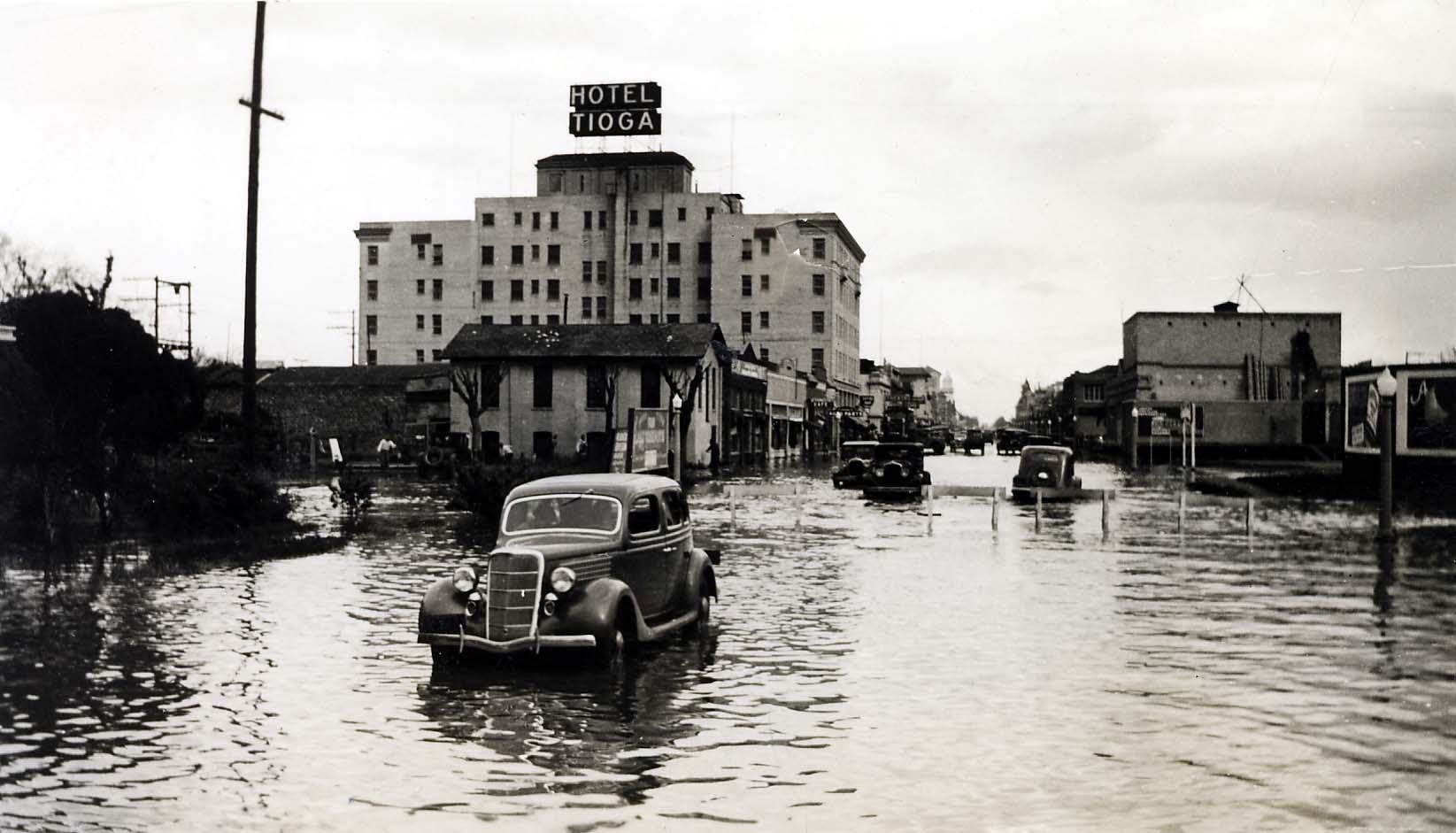 84-63-55 Merced flood, 1935, Main Street looking east.jpg