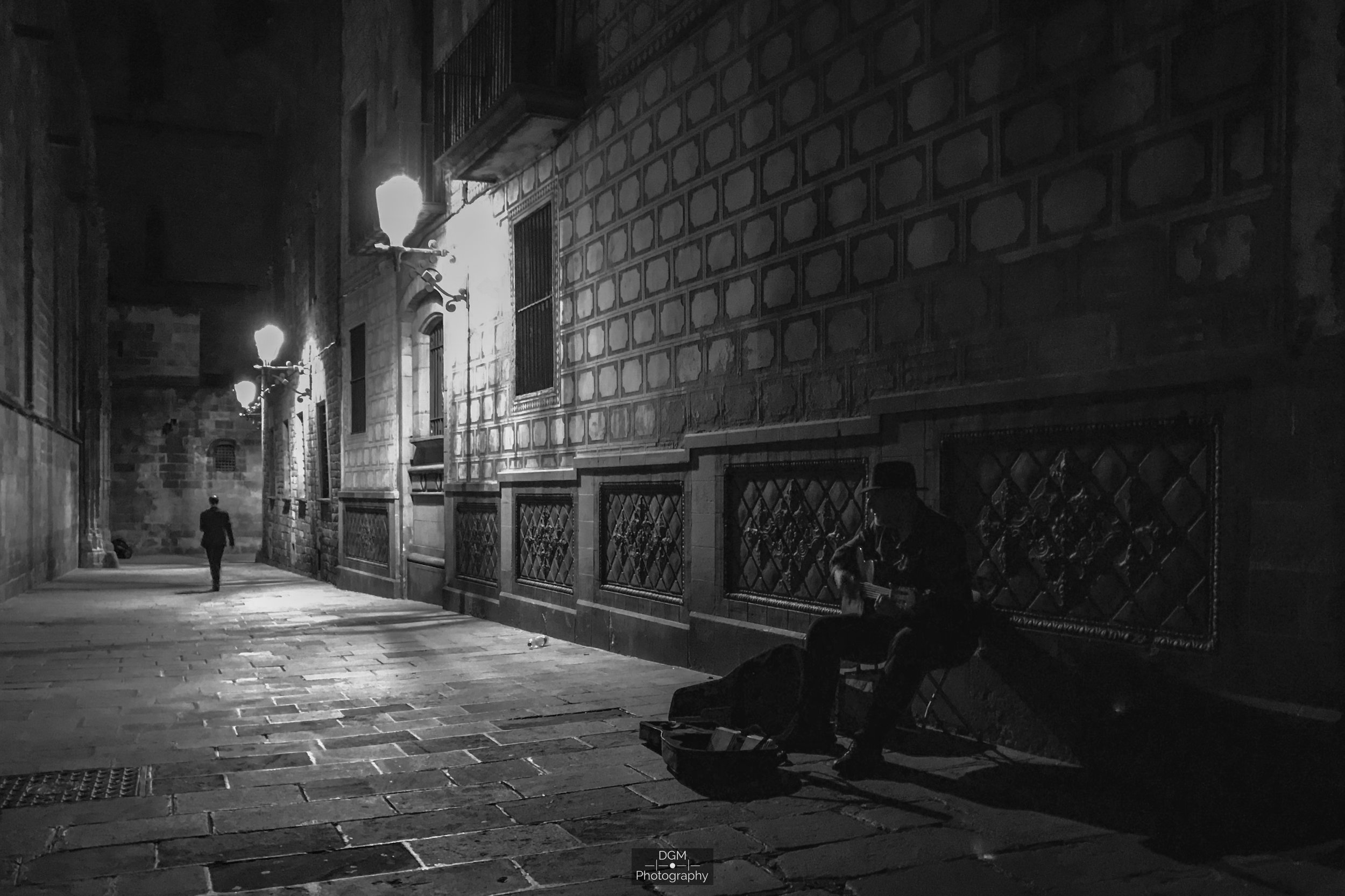 Barcelona | España  Sep. 23, 2018  —  ⭐️   Night Street Photography     Challenge -  Flávio Souza Cruz   ⭐️   A Film Noir Story   Challenge -  Flávio Souza Cruz