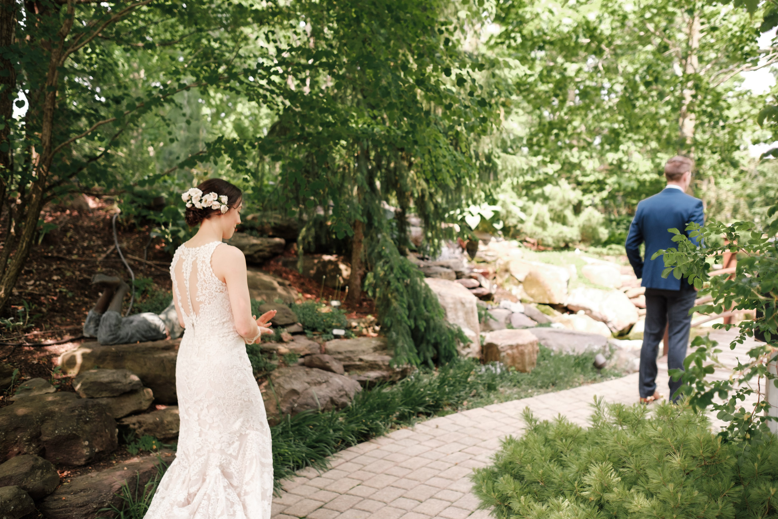 rockford wedding photographer natural first look gardens of woodstock