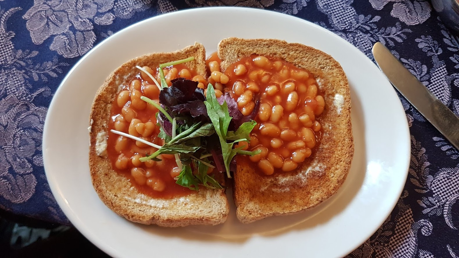 That lunch in pictures (1). Nicely presented, nice bread, great to have both dairy-free spread as well as tea with soya milk, but I could have done with more baked beans really. Yes really.