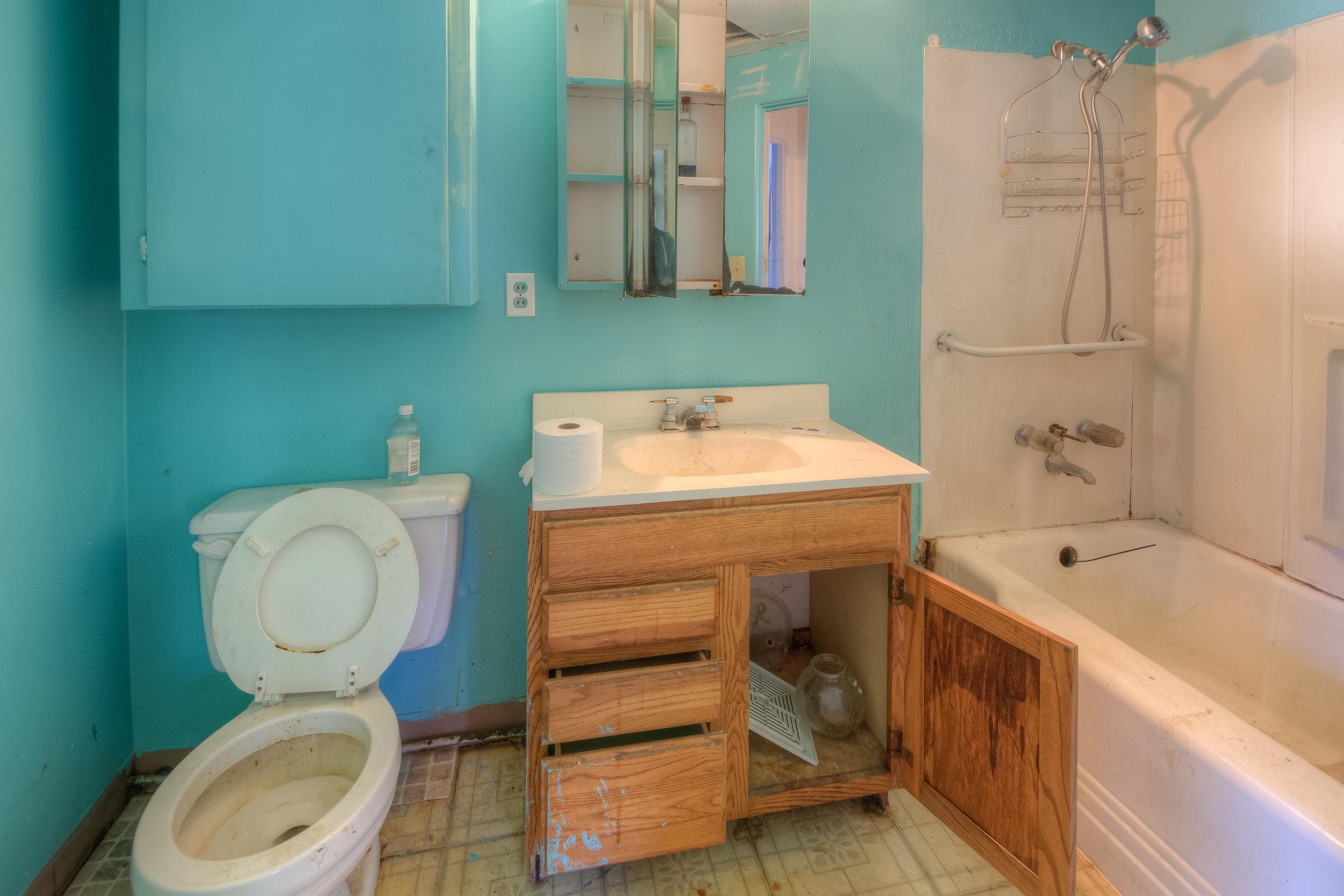 920 Neal Dow Ave 011 Bathroom 1.jpg
