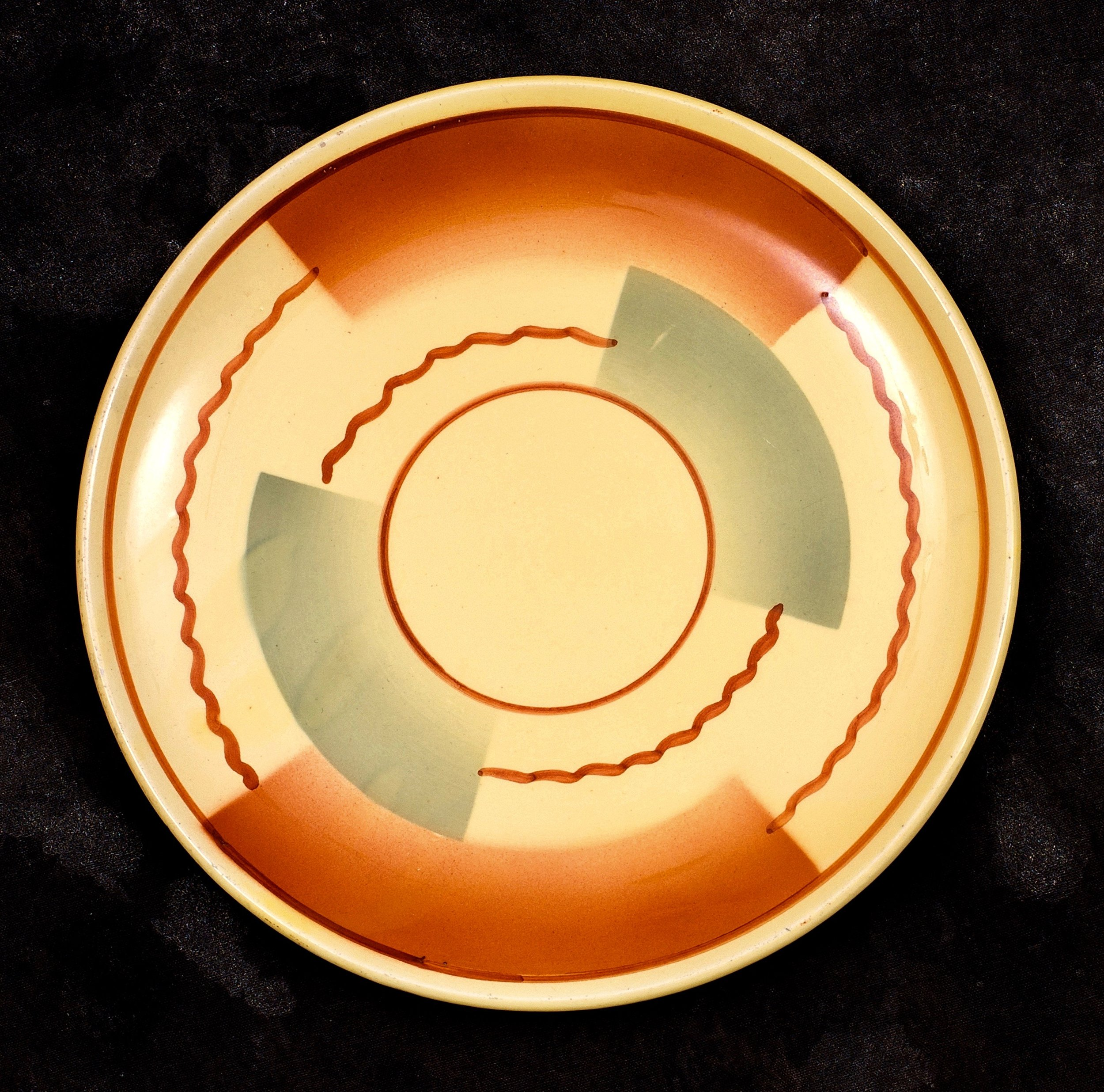 #28 Plate, dec.3574, Schramberg. Form and decoration by Eva Stricker Zeisel, ca.1929. Black mfr.; 2 cm H, 16.5 cm top, 8.5 cm base Ø. RM2560