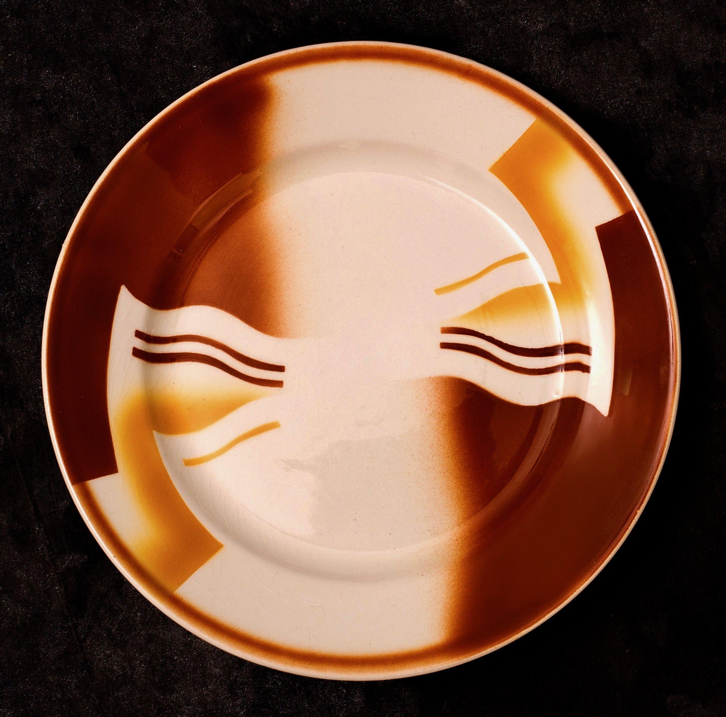 #64 Plate, dec.8751, Annaburg – Untucht, ca.1931. Red mfr.; 19 cm top, 11.5 cm base ∅. RM2718