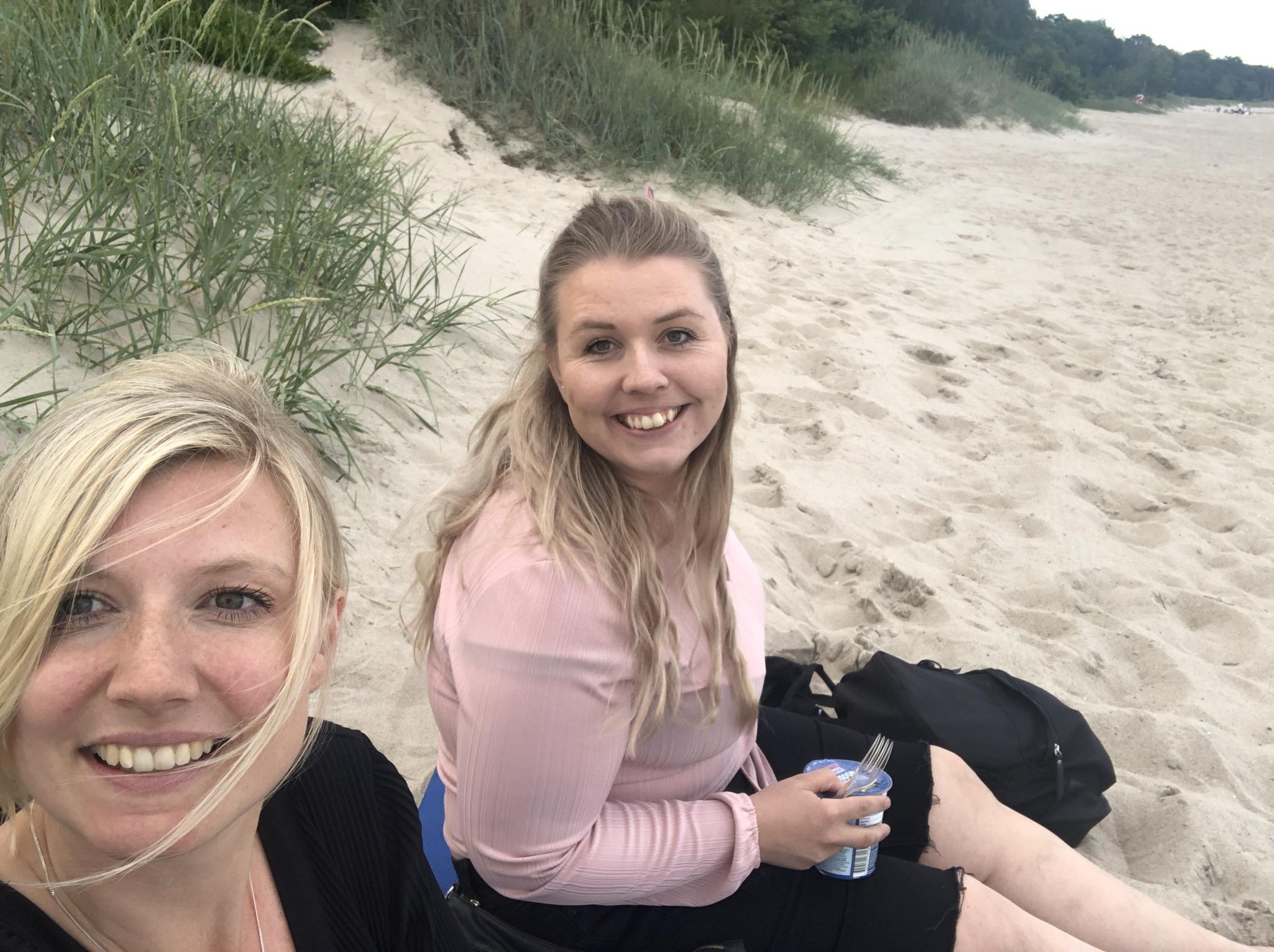 Fördriver tid och äter middag på stranden vid Ystad Saltsjöbad i väntan på att köra ombord på färjan mot Polen.