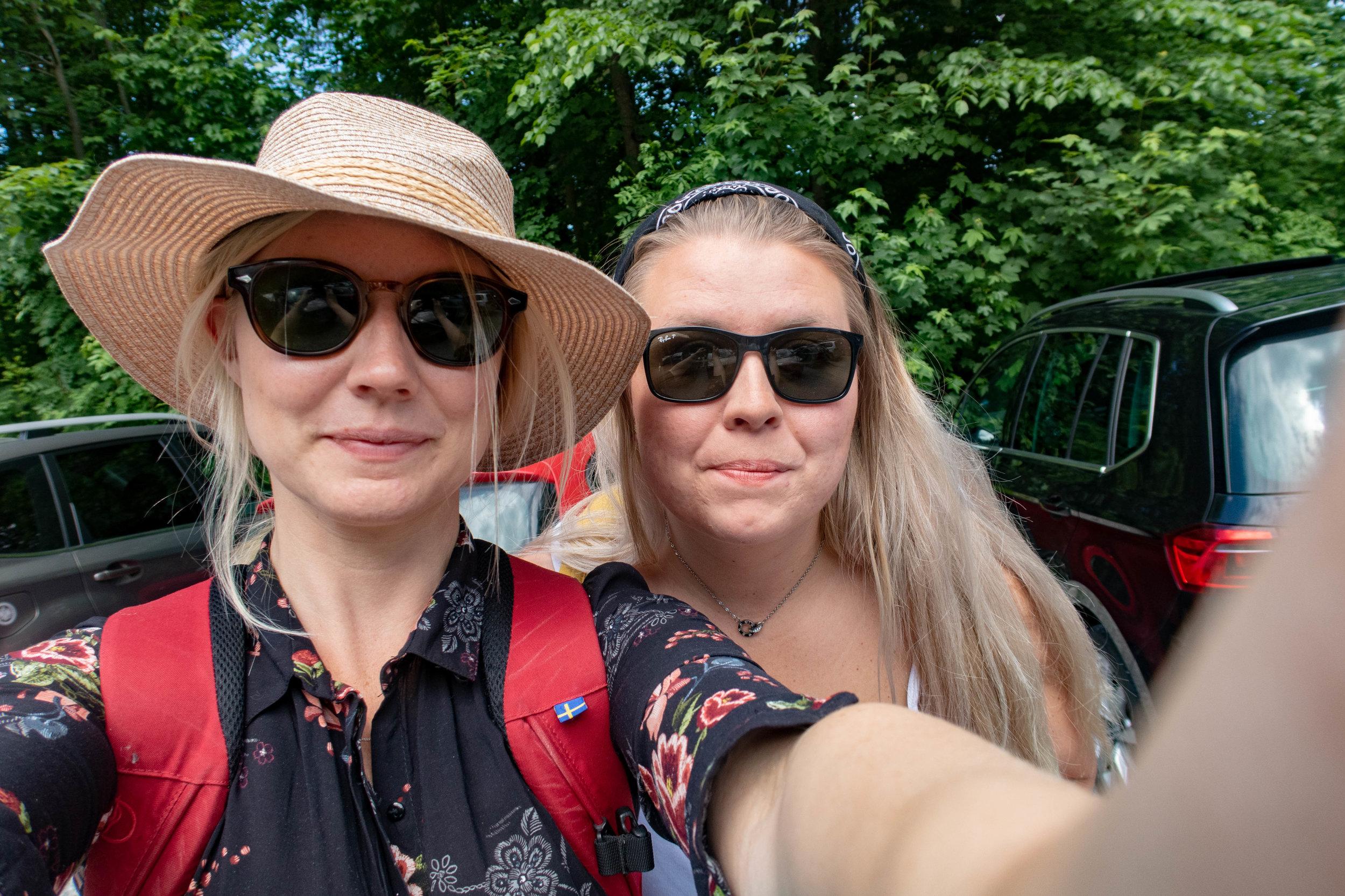 Här är vi tillsist, turistiga och redo på en parkeringsplats nära slottet. Och om ni undrar varför jag har en ryggsäck på mig så är det för att vi har picnic-mat däri.