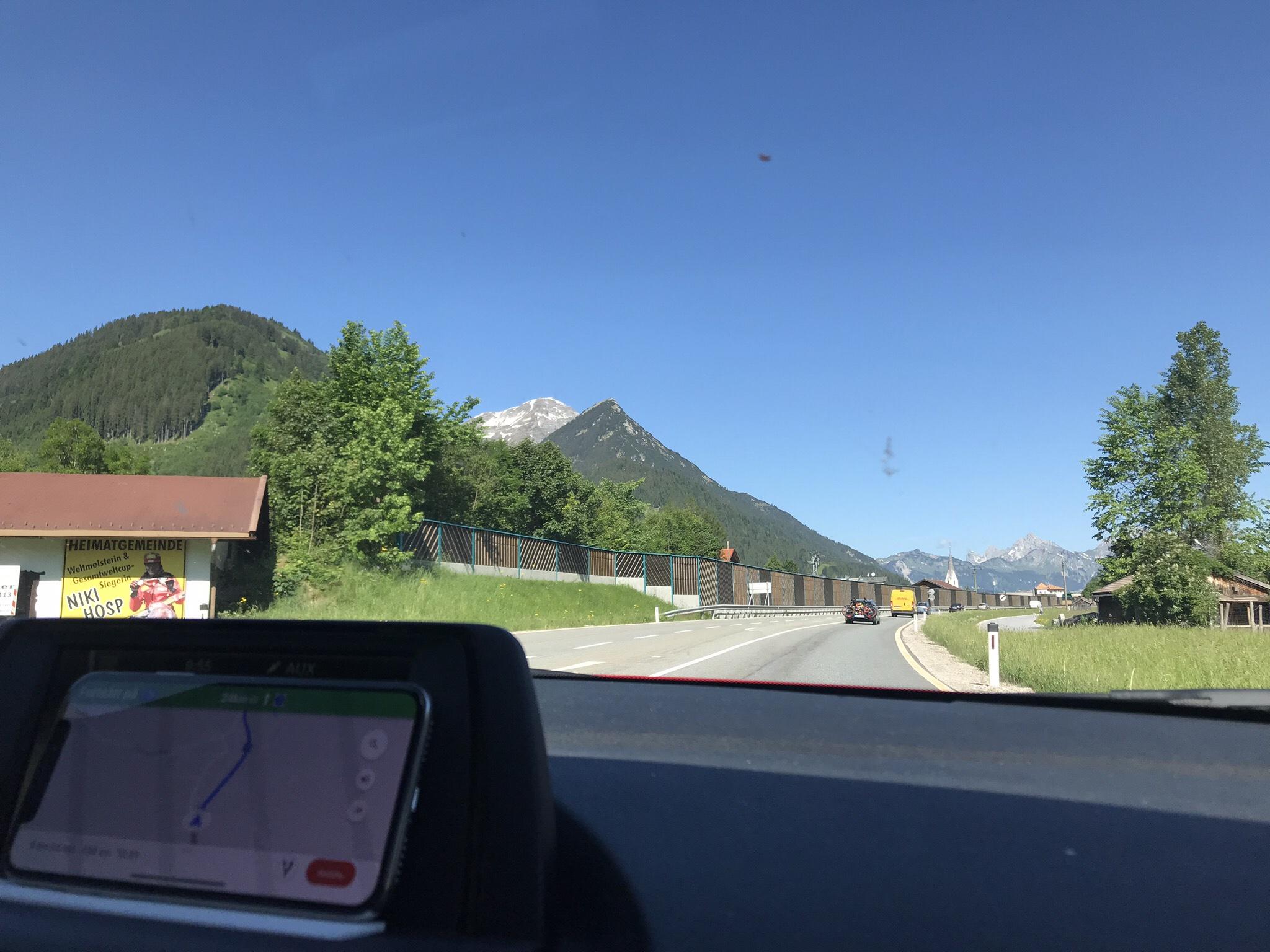 Lite vemodigt vinkar vi hejdå till Alperna, men fortsätter ändå glatt mot Frankrike.