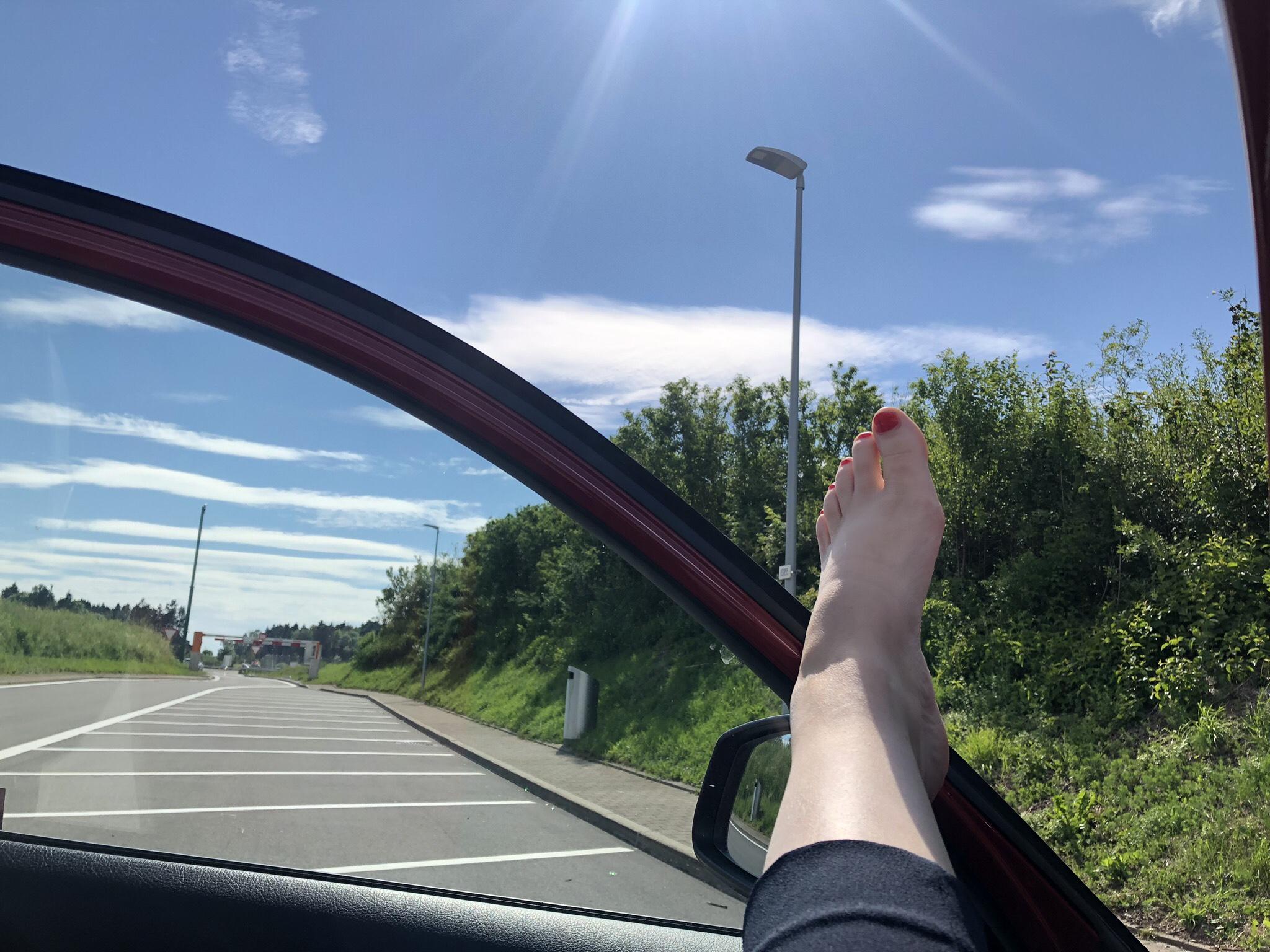 Vilar upp oss och byter chaufför på en rastplats ganska nära Evians efter 2 timmar av köande.