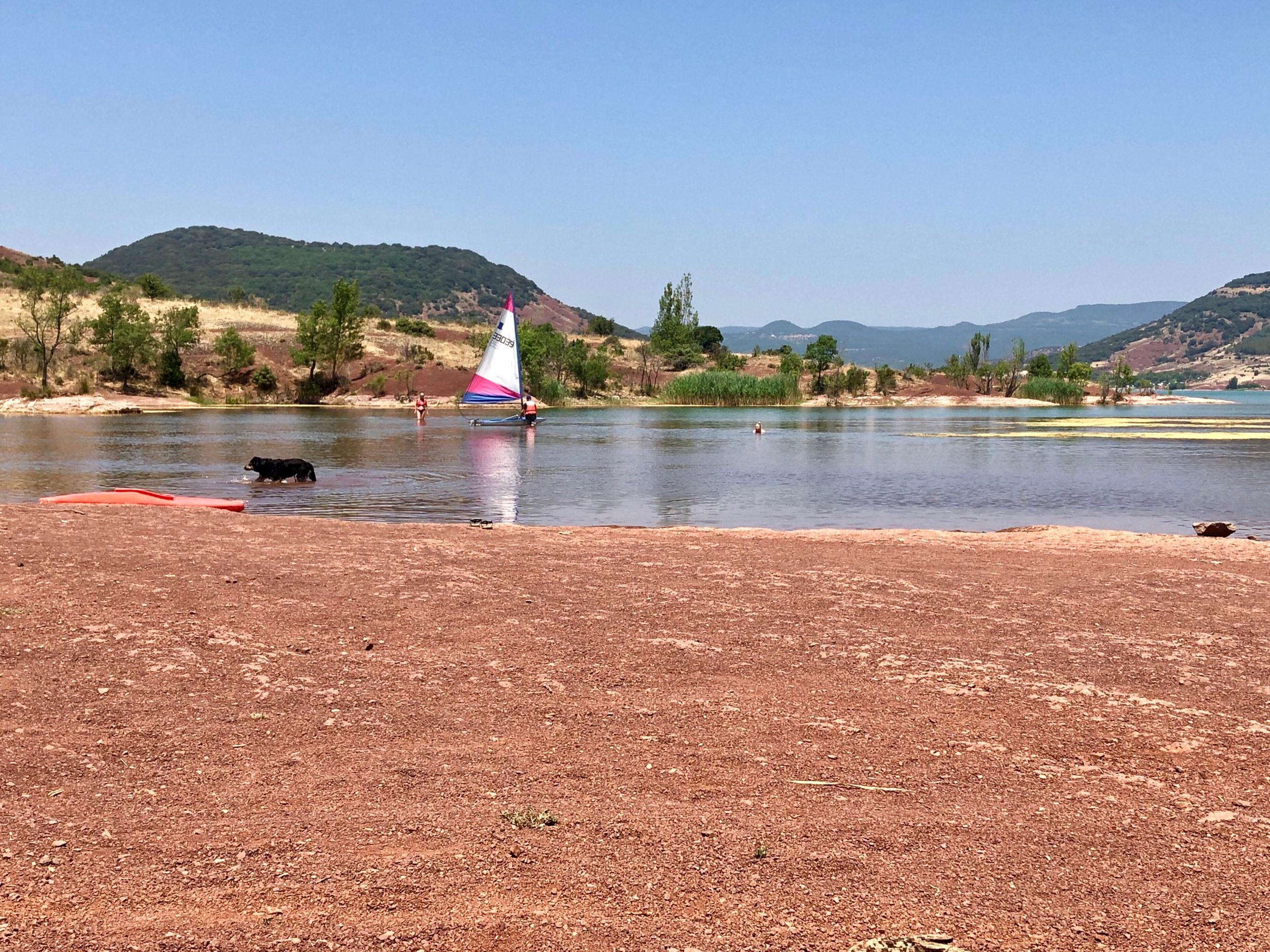 Den röda sjön. Emma är långt därborta i vattnet, i mitten av bilden.