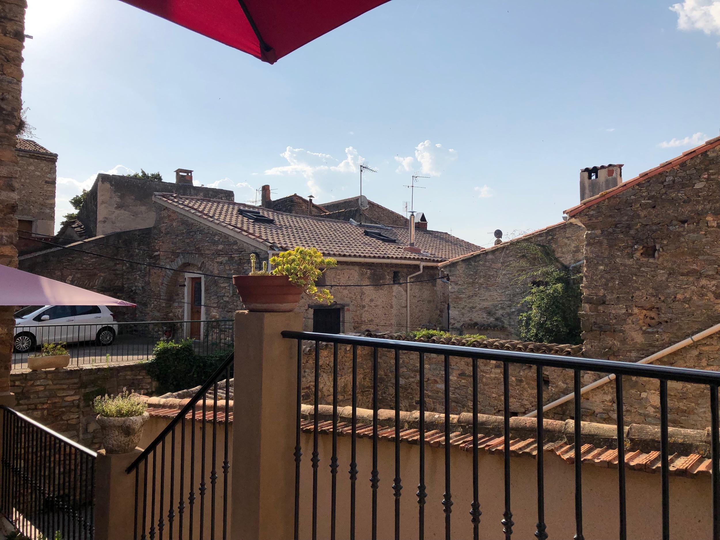 Frukost mitt bland de gamla husen i Fagueres.