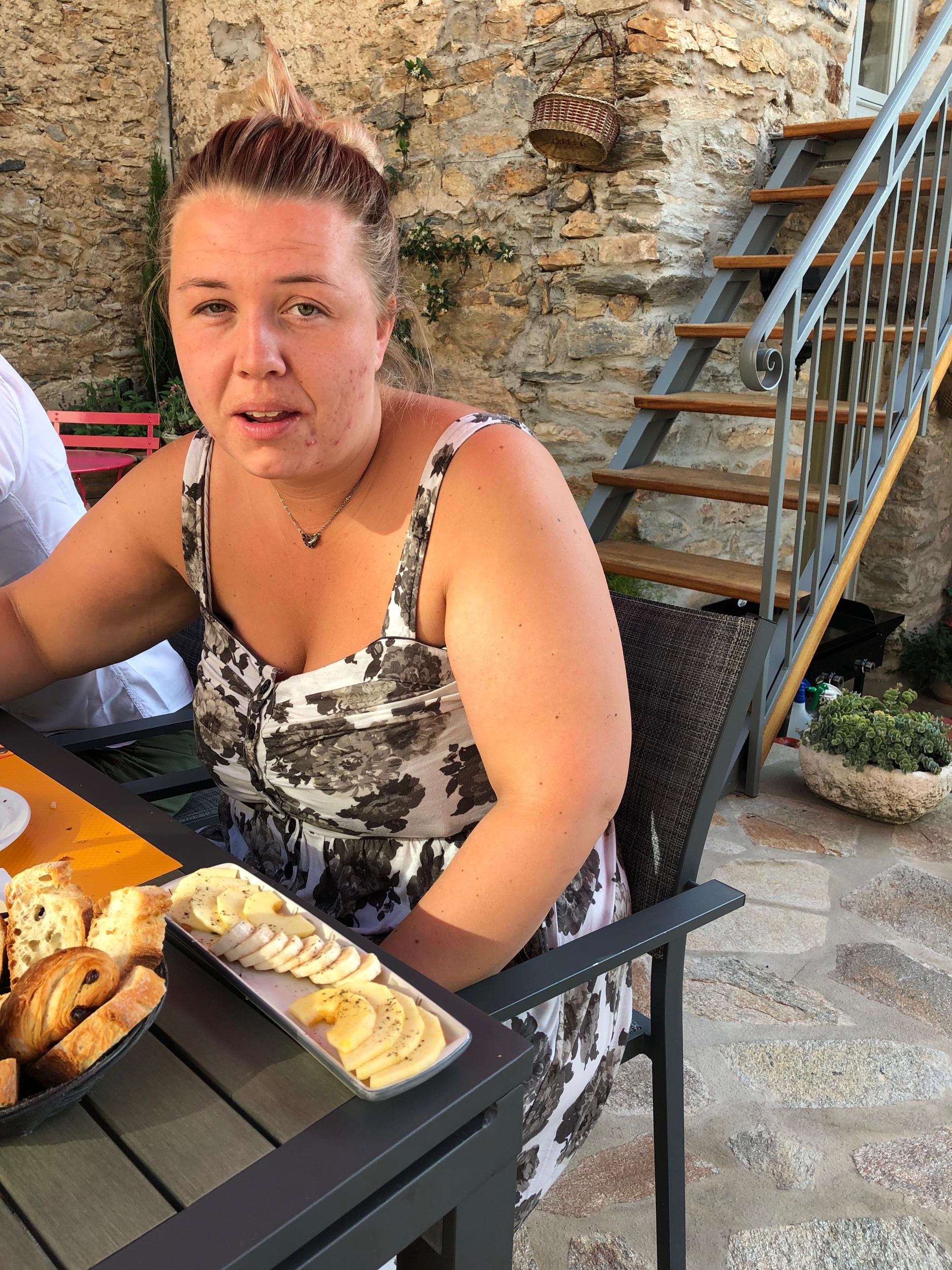 Syrran har blivit serverad fruktfat och brödkorg.