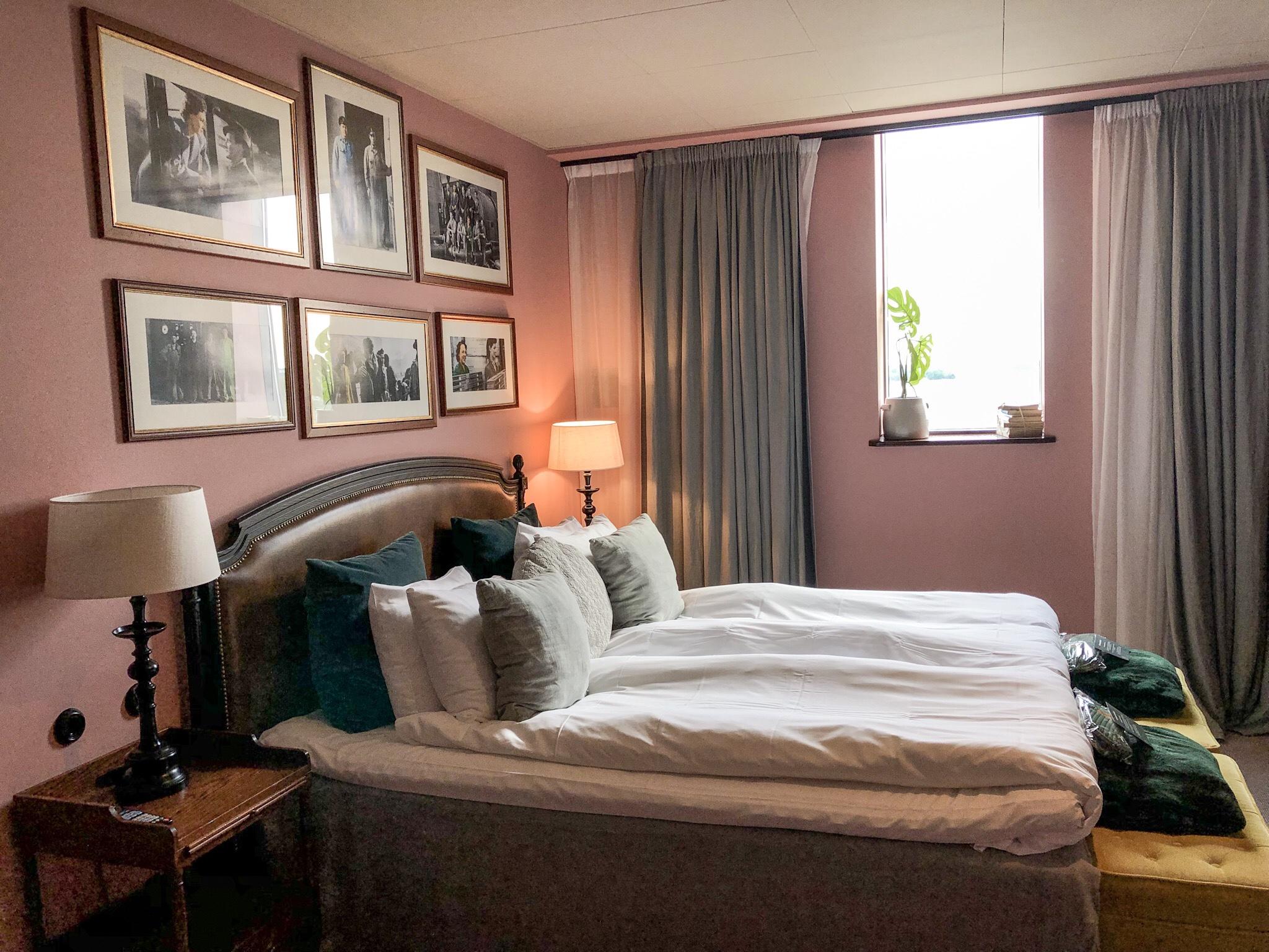 Tycker det finns något i rosa väggar i sovrum. Man blir lugn.