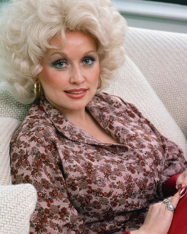 Happy 73rd Birthday to the one and only Dolly Parton! 📸 by Dan Wynn 1970's NYC @danwynnarchive @dollyparton . . . . . #HappyBirthday #WellAlwaysLoveYou #BlondesHaveMoreFun #BackwoodsBarbie #WomenInCountry #WhatWouldDollyDo #HBD #DollyParton #DanWynn #NYC #NewYorkCity #1970s