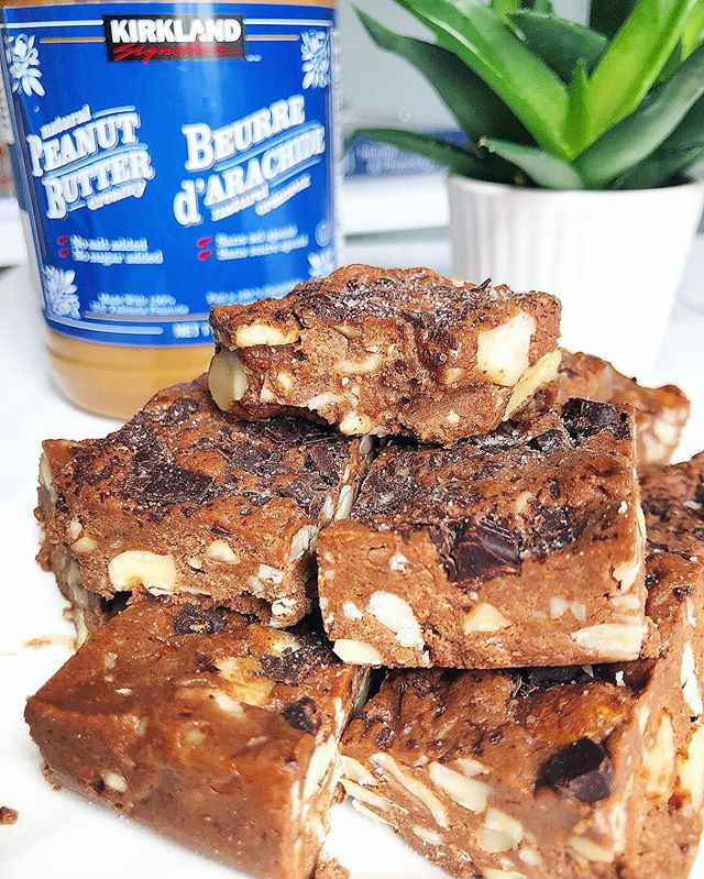 Requirements for making recipes in the summer:⠀ ☁️ Don't have to turn on the oven ✔️⠀ ☁️ Only one bowl needed ✔️⠀ ☁️ Chocolate is involved ✔️⠀ ☁️ I can lick the bow ✔️✔️😋⠀ .⠀ If you haven't made these No Bake Peanut Butter and Honey Bars yet 👏🏼 Friends, you yummy is MISSING OUT 🙈⠀ .⠀ Set your timer for 5 minutes and GET TO MAKING 👏🏼😋⠀ .⠀ No Bake Peanut Butter & Honey Fudge Bars⠀⠀ 🌱 2 tbsp @nutiva coconut oil, melted ⠀⠀ 🌱 2 tbsp raw @giddyyoyo cacao powder⠀⠀ 🌱 1/4 tsp sea salt⠀⠀ 🌱 2 tbsp of @truebeehoney honey⠀⠀ 🌱 3 tbsp @organikahealth collagen peptides⠀⠀ 🌱 1 ½ cups almonds chopped into small chunks⠀⠀ 🌱 1 cup peanut butter⠀⠀ 🌱 ¼ cup @dad ubean dark chocolate chopped⠀⠀ .⠀⠀ 🍫 In a large mixing bowl, combine the coconut oil, cacao powder, sea salt, honey and collagen. Whisk until a paste starts to form.⠀⠀ 🍫 Add the peanut butter, almonds and dark chocolate. Stir until evenly combine (you might have to use your hands!)⠀⠀ 🍫 Spread the mixture in a small glass rectangular container and set in freezer for 1 hour. ⠀⠀ 🍫 Slice and enjoy 😊⠀⠀ .⠀ #ottawa #ottawafoodie #myottawa #ottawafoodies #ottawahealth #ottawafitness #ottawaevents #ottawalife #ottawablogger #ottawaeats #healthymealideas #dairyfreelife #paleofriendly #lowsugar #kidfriendlyfood #holisticlifestyle #holisticnutritionist #foodbloggers