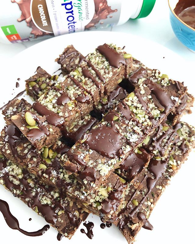 Double Dark Chocolate Protein Bars 😳 Yup, AND they're school friendly 👏🏼🙃⠀ .⠀ Not nuts, dairy, gluten, refined sugar or hydrogenated oils in this chocolately goodness 😍⠀ .⠀ Dropping this recipe later this week, so get your lunchboxes ready 🙌🏼☀️⭐️⠀ .⠀ #ottawa #ottawafoodie #myottawa #ottawafoodies #ottawahealth #ottawafitness #ottawaevents #ottawalife #ottawablogger #ottawaeats #healthymealideas #dairyfreelife #paleofriendly #lowsugar #kidfriendlyfood #holisticlifestyle #holisticnutritionist #foodbloggers #schoolfriendly #kidfriendlysnacks #homemadeproteinbars