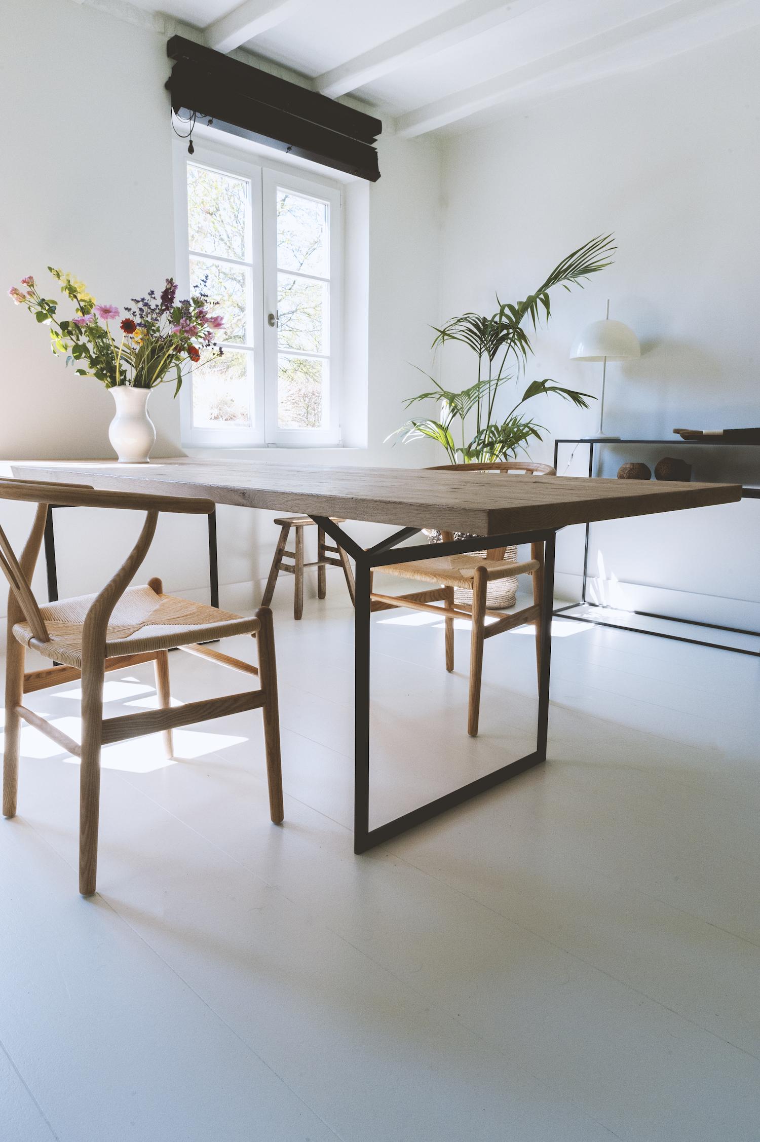 Maatwerk houten tafel met stalen frame.jpg