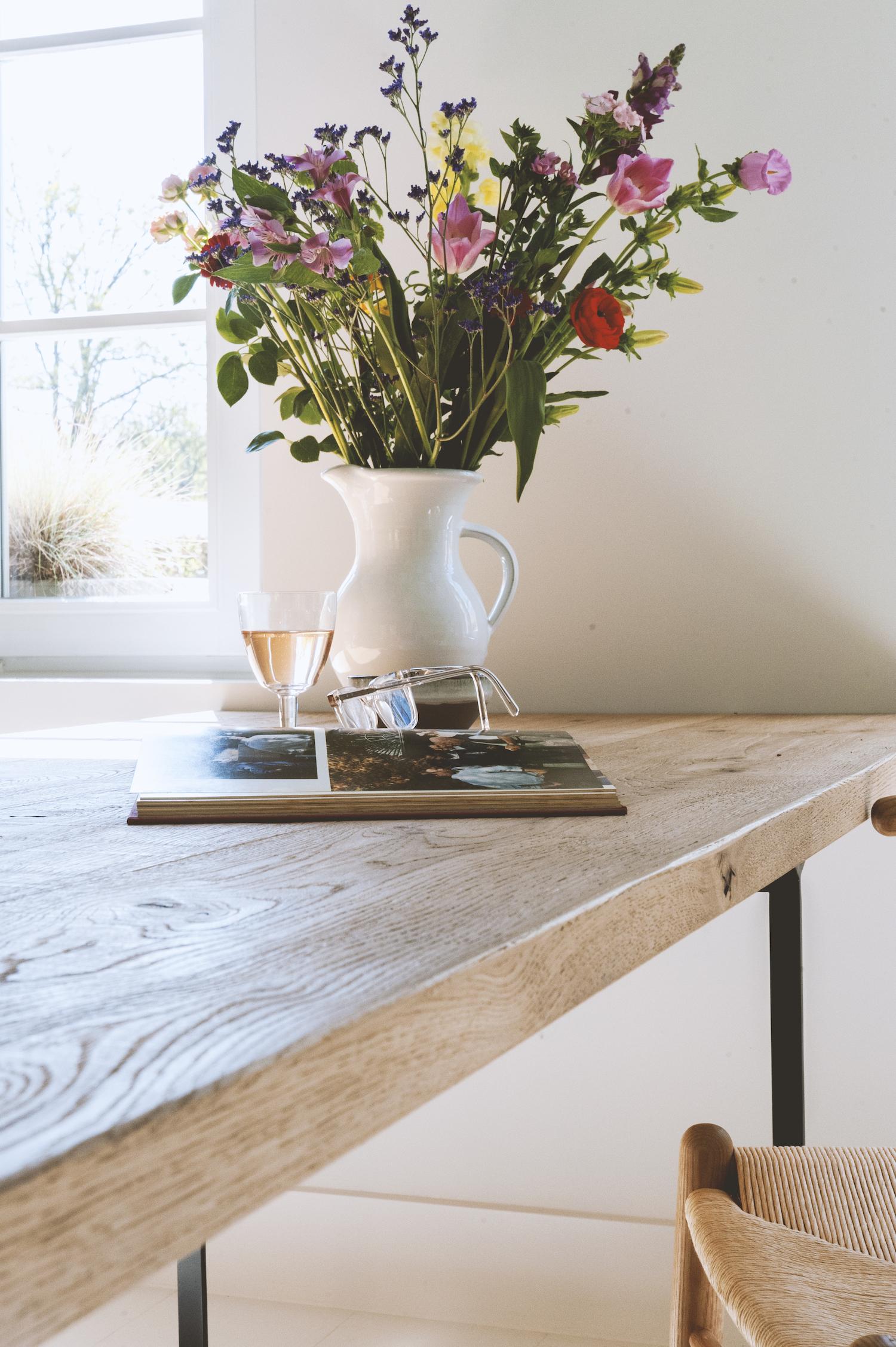 Maatwerk houten tafelblad met zwart stalen poten .jpg