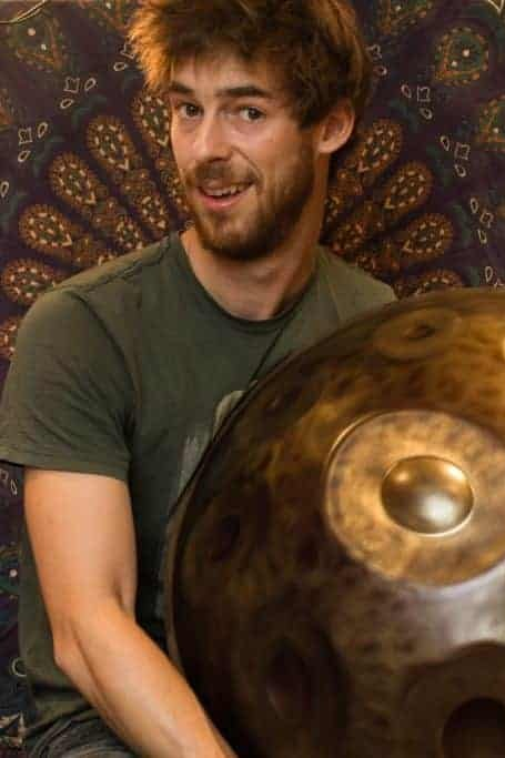 Tom Vaylo - Earth Child - Embark on a colorful musical trip throughout the world to the sound of Handpan (Hang), mixed with electronic psybient music and various other acoustic instruments (guitar, singing bowl, world percussions,...). For a live act, forget about your everyday life, and join the ride for a fresh, relaxing and unique music moment.