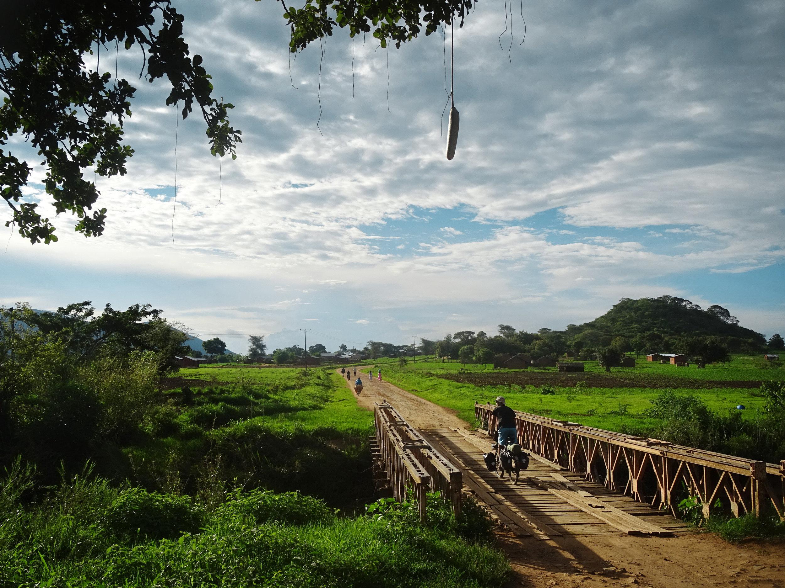 Im fruchbaren Hochland von Burundi suchen wir einen Ort zum Zelten.jpg