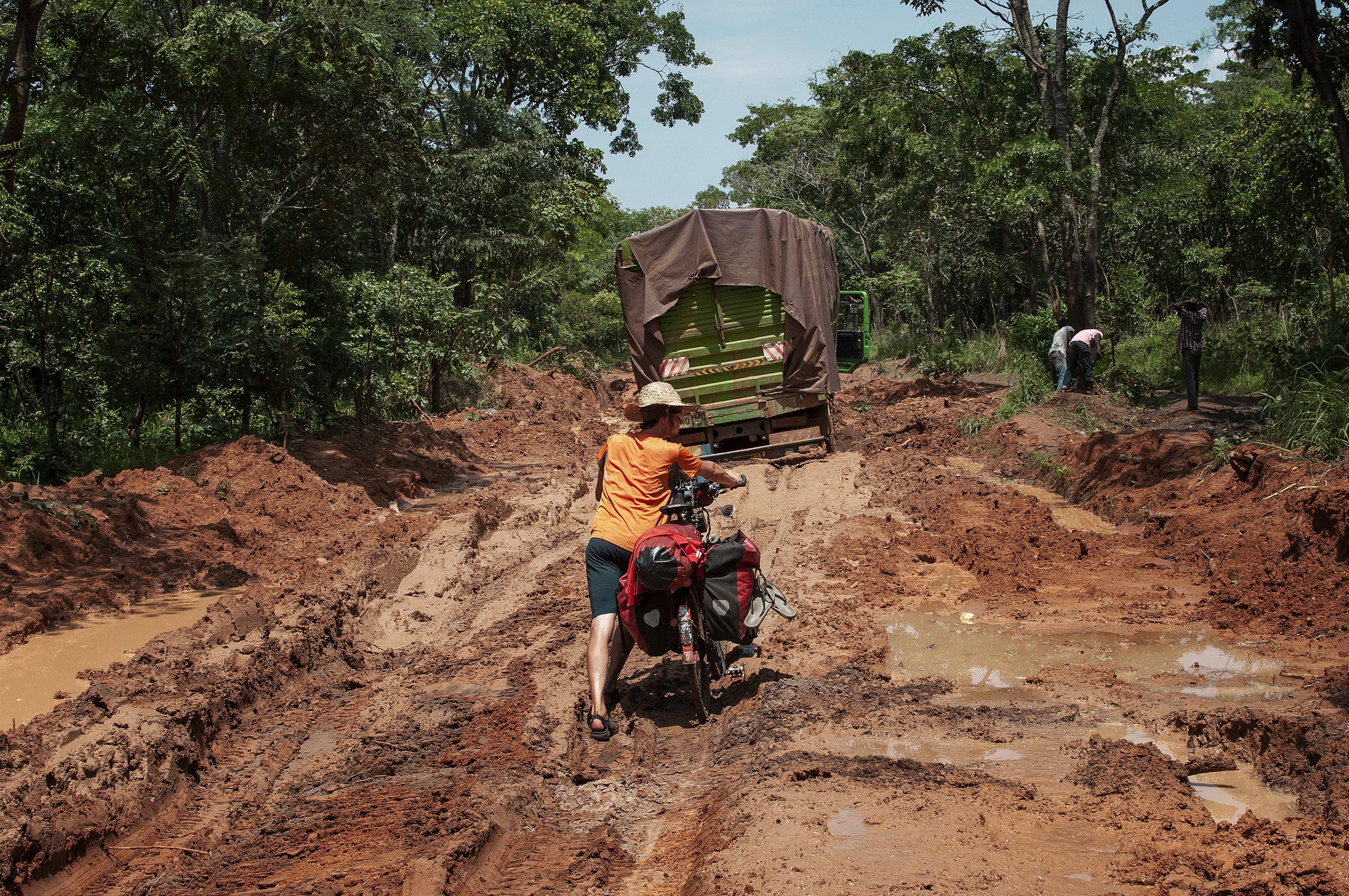 Nach starken Regengüssen in Tanzanias Westen ist an Fahrradfahren nicht mehr zu denken.jpg