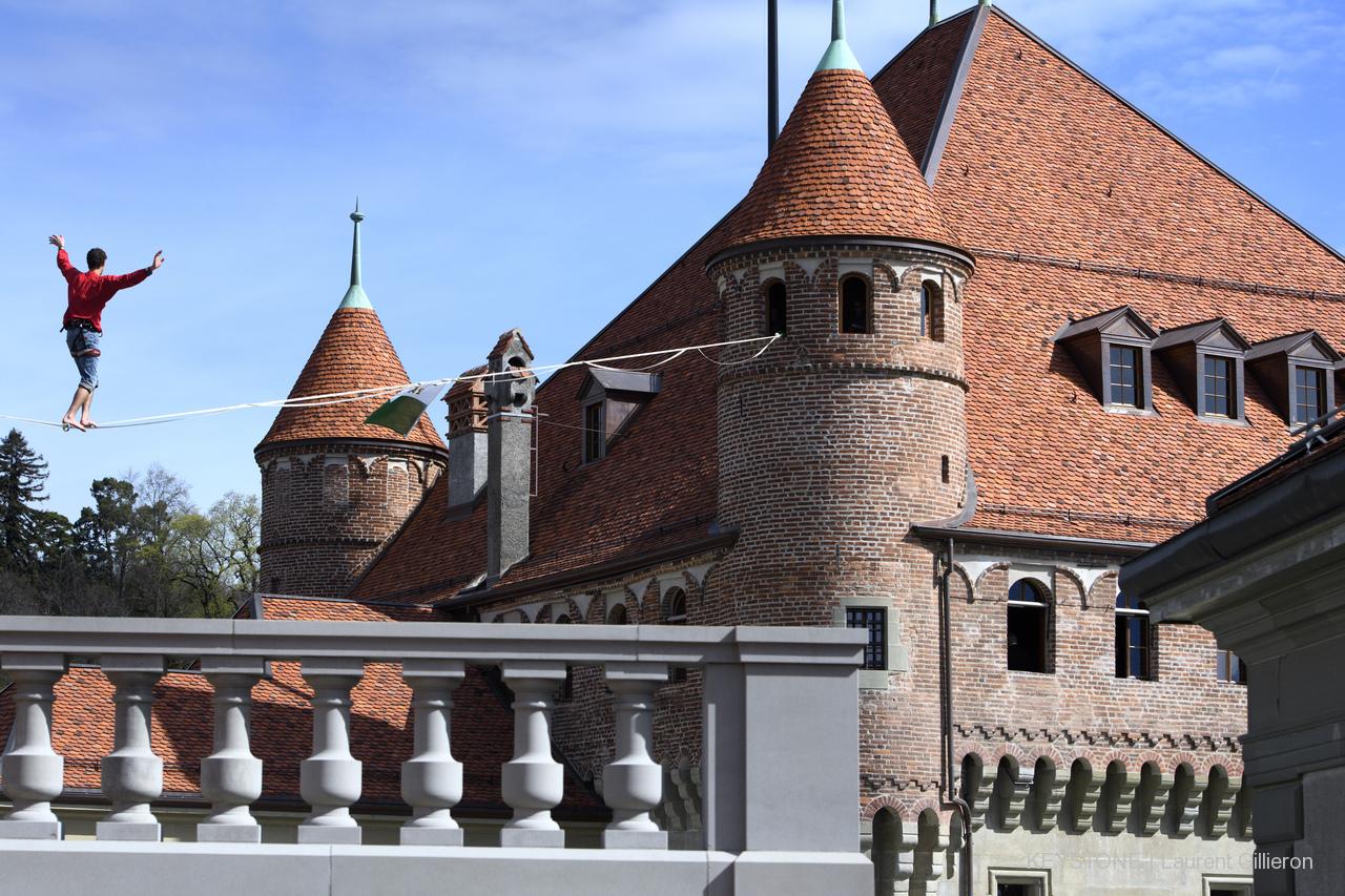 Château saint maire Lausanne parlement vaudois Slackline Lyell Grunberg show performance spectacle Highline trickline  (6).JPG