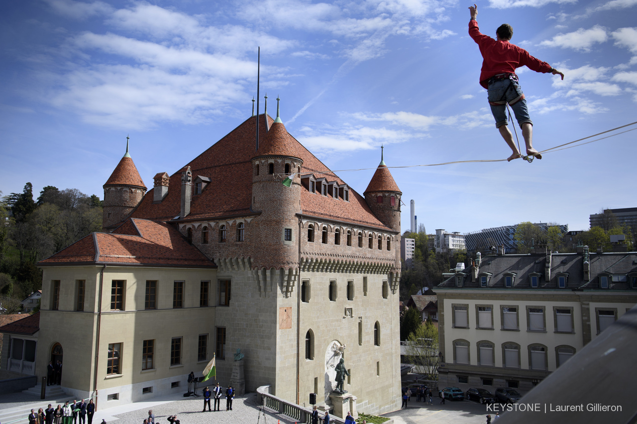 Château saint maire Lausanne parlement vaudois Slackline Lyell Grunberg show performance spectacle Highline trickline .JPG