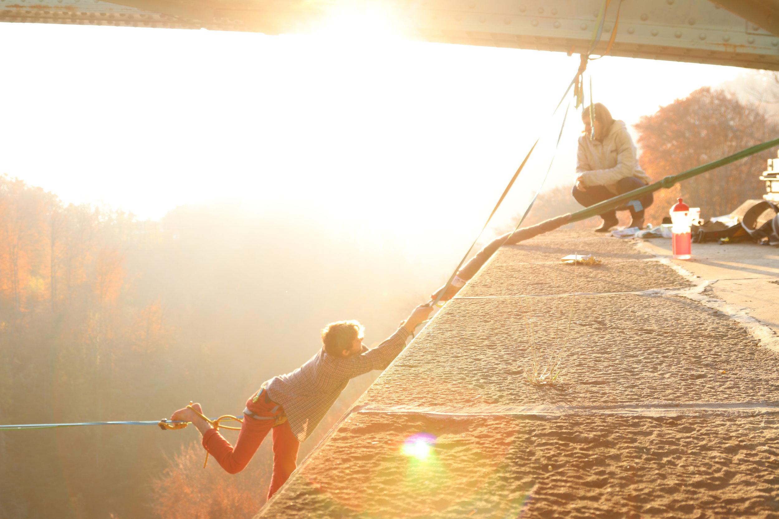 Pont de Fenil, Vevey, Suisse, circus workshop atelier taller ecole school suisse schweiz switzerland Slackline Lyell Grunberg show performance spectacle Highline trickline (3).JPG