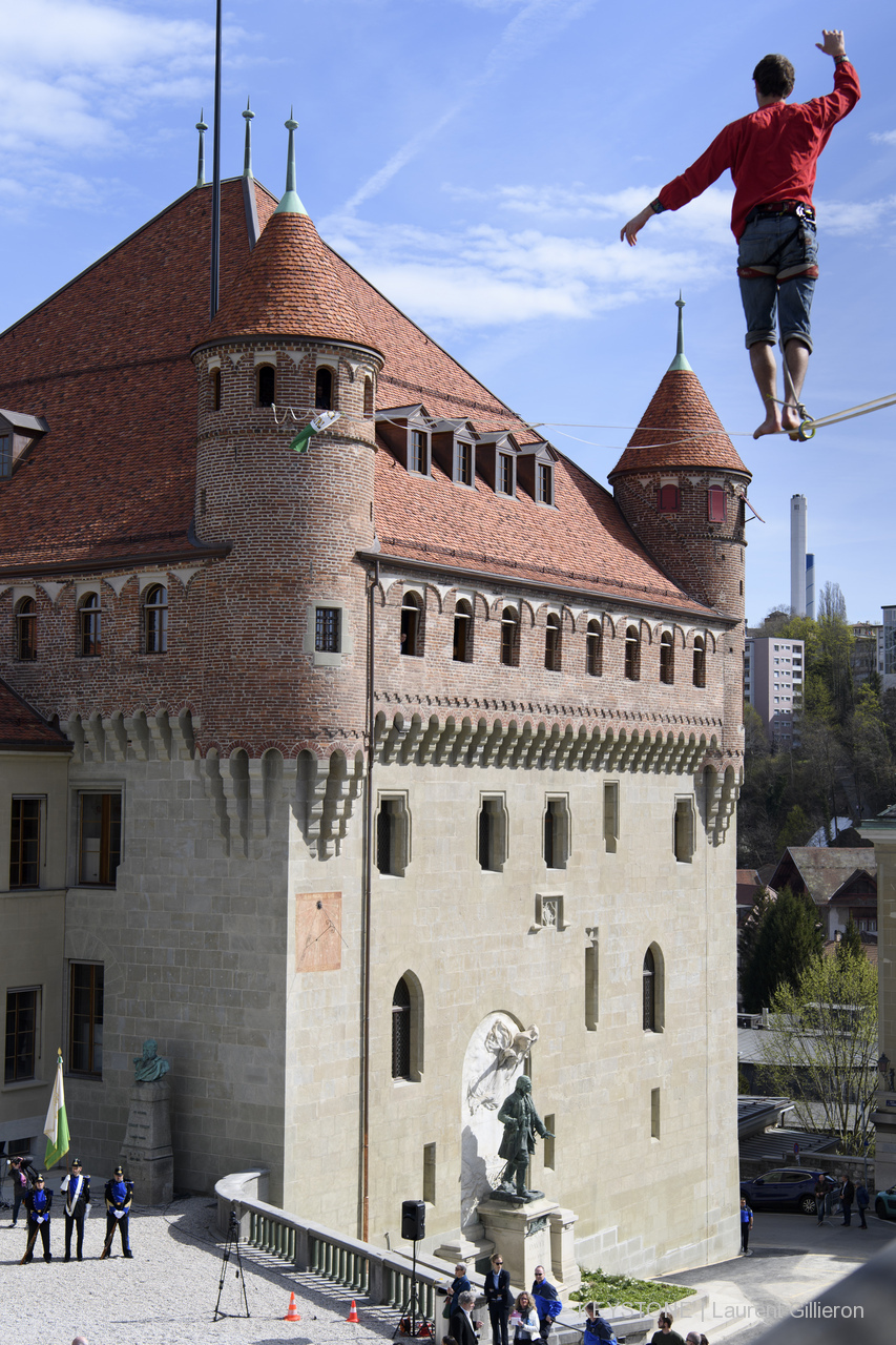 Château saint maire Lausanne ceremonie vaudois suisse highline trickline show funambule circus performance spectacle ecole suisse Slackline Lyell Grunberg (11).JPG
