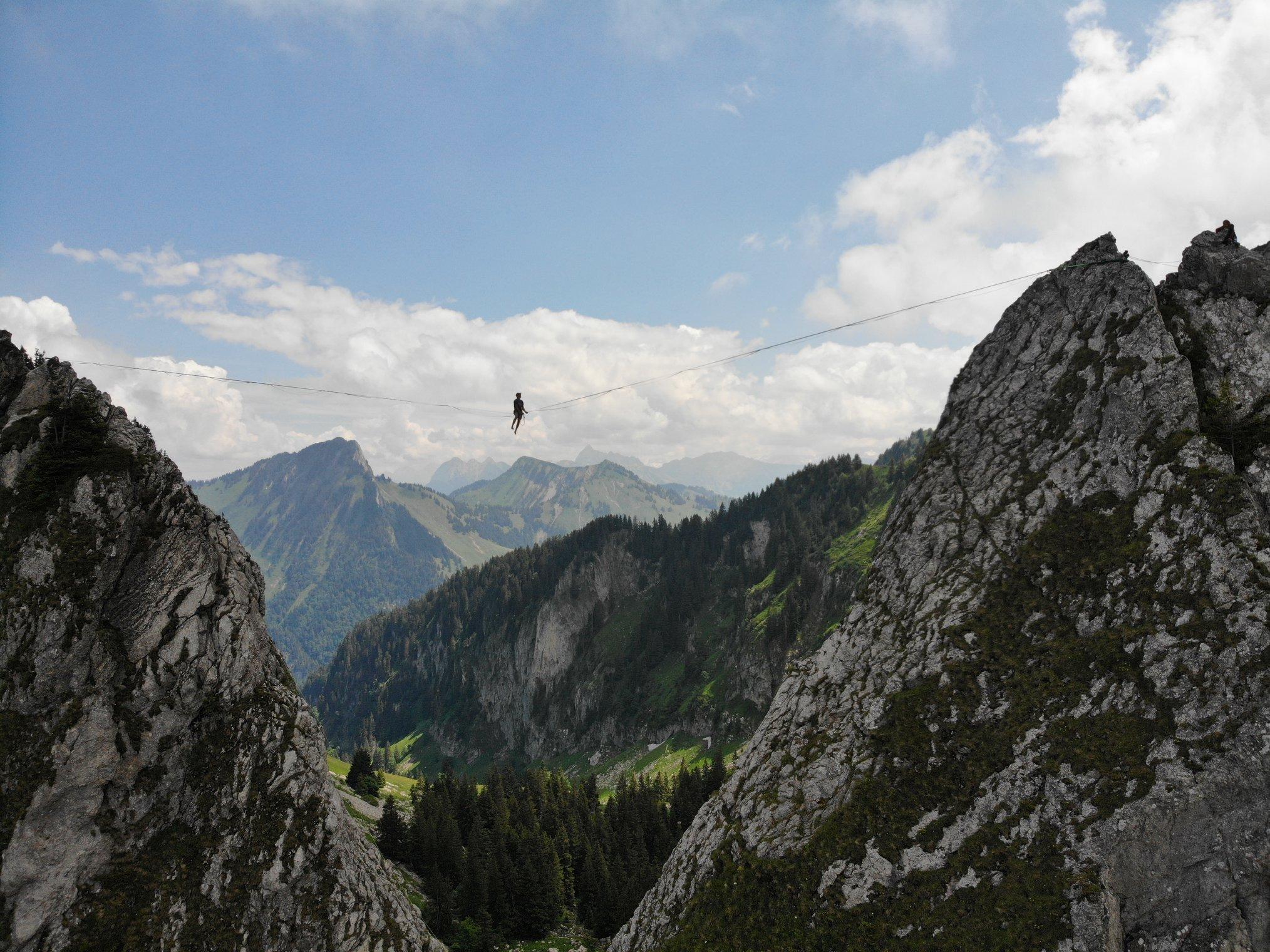montagne Jaman moutain extreme highline trickline show funambule circus performance spectacle ecole suisse Slackline Lyell Grunberg  (2).jpg