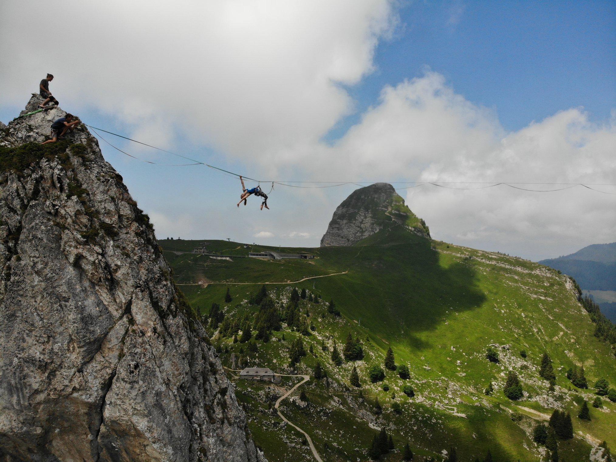 montagne Jaman moutain extreme highline trickline show funambule circus performance spectacle ecole suisse Slackline Lyell Grunberg  (3).jpg
